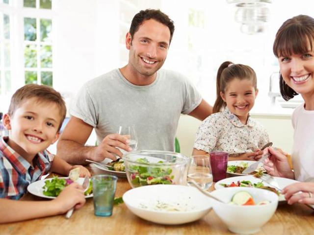 obesidad infantil familia comiendo